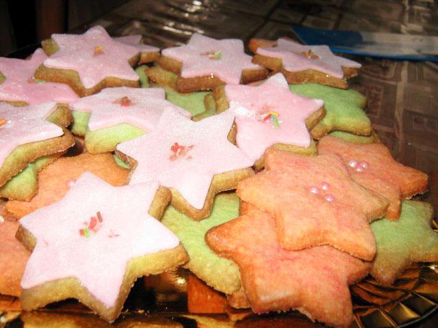 Biscotti natalizi di pasta frolla con pasta di zucchero
