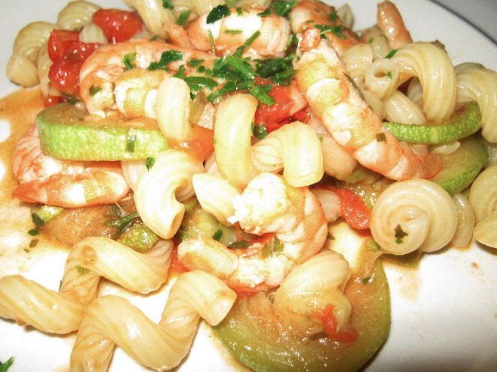 Pasta zucchine pomodorini e gamberetti