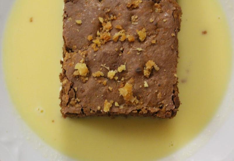 Torta con cioccolato e zenzero candito su crema inglese