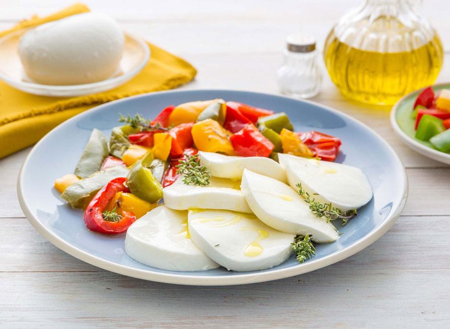 Mozzarella caprese ai tre peperoni